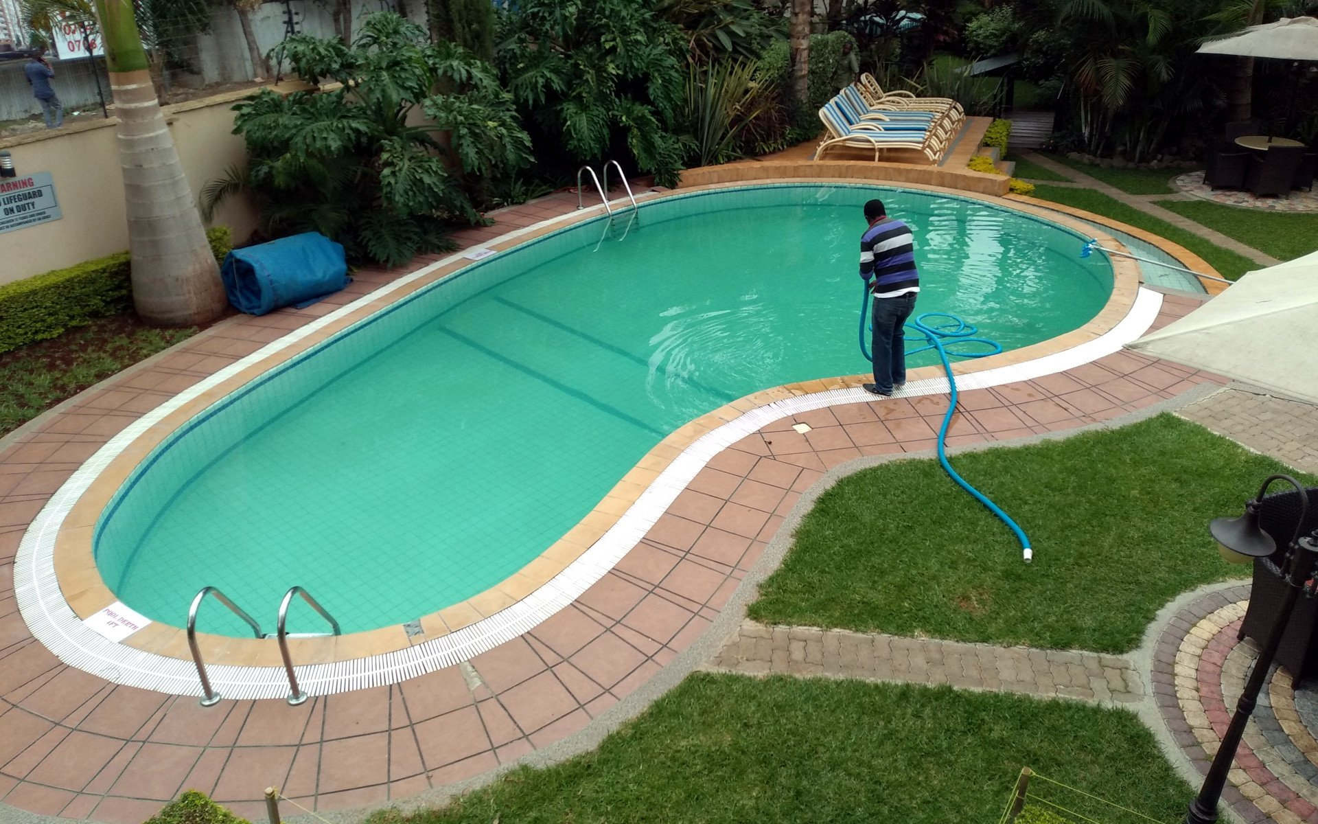 As swimming pools become standard features in most travelling experiences, swimming pool etiquette also becomes paramount. Here are 6 tips to use.